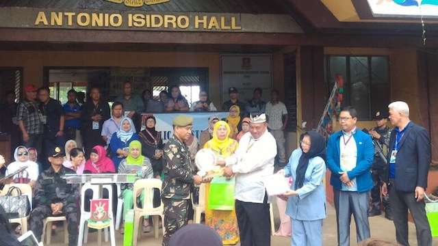 THANKING THE SECURITY FORCES. MSU thanks the military and the police for securing MSU-Marawi. Photo by Ysmael Mangorsi