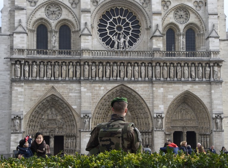 ON GUARD. A French soldier patrols next to the Notre-Dame cathedral in Paris on December 24, 2015 as part of security measures set following the November 13 Paris terror attacks. Photo by AFP