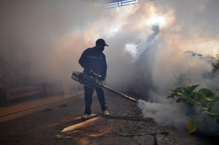 Seorang petugas melakukan fogging di Kelurahan Gondang, Ngadirejo, Temanggung, Jawa Tengah, Senin (5/9). Anis Efizudin/ANTARA.