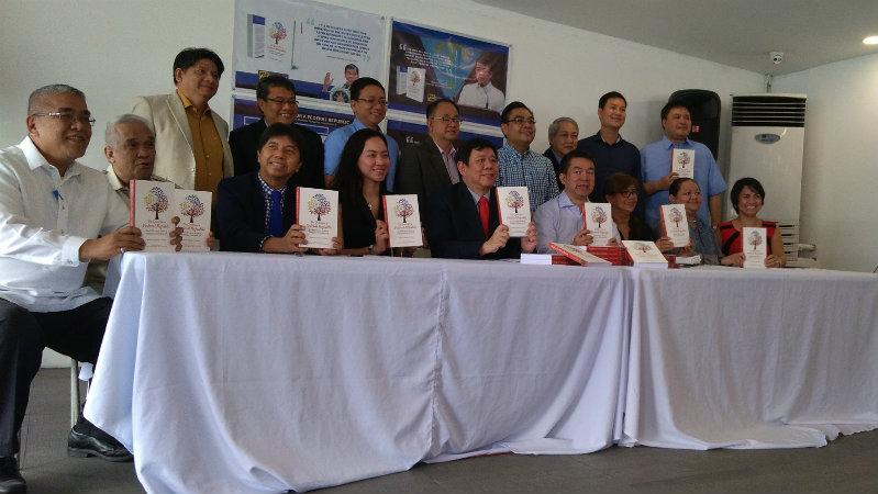 FEDERALISM STUDY. Senator President Koko Pimentel joins contributors to a PDP Laban Federalism Institute book. Rappler photo