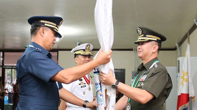 CHANGE OF COMMAND. Lieutenant General Raul del Rosario fills the post vacated by Navy chief Vice Admiral Ronald Joseph Mercado (center). Wescom photo