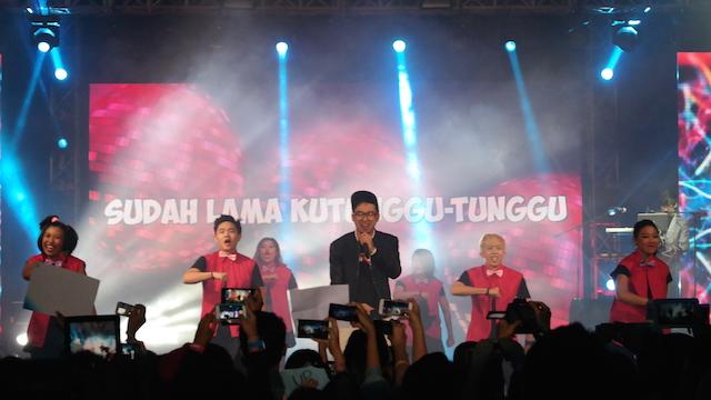 EDHO ZELL. Acara dibuka dengan penampilan MC Edho Zell diiring oleh aransemen Eka Gustiwana. Foto oleh Sakinah Ummu Haniy/Rappler