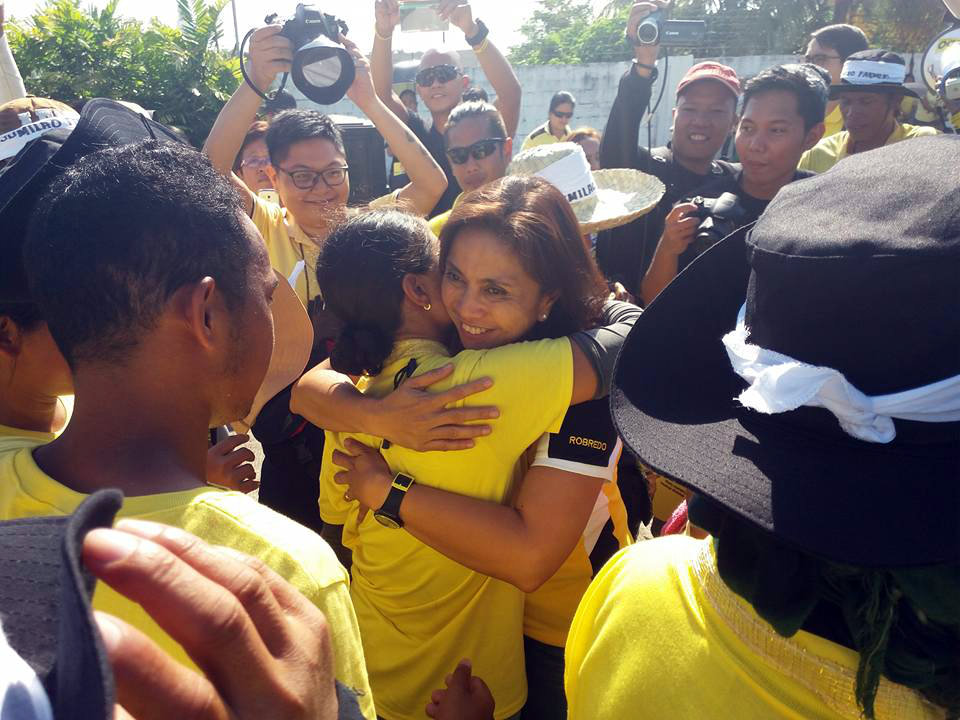 SUMILAO FARMERS IN NAGA. Vice presidential bet Leni Robredo welcomes the Sumilao farmers on their 15th day of marching from Bukidnon to Manila. Photo from Daglenz Dasco