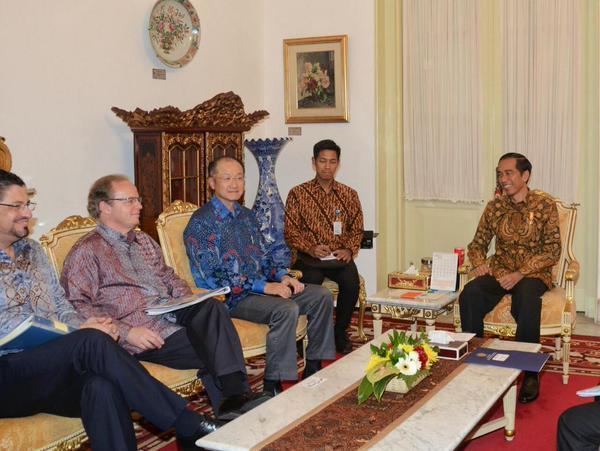 Presiden Jokowi menerima delegasi Presiden Bank Dunia Jim Yong-kim (dua dari kiri) di Istana Negara, Jakarta, pada 20 Mei 2015. Foto dari @Setkabgoid/Twitter
