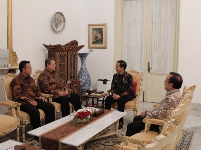 BERTEMU. Presiden Joko u0022Jokowiu0022 Widodo ketika berbincang dengan Presiden ke-6 RI, Susilo Bambang Yudhoyono (SBY) di Istana Merdeka pada Kamis, 9 Maret. Foto: istimewa