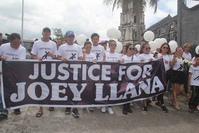 JUSTICE. Family and friends of slain radio broadcaster Joey Llana join the funeral procession in Daraga, Albay, on July 26, 2018. Photo by Rhaydz Barcia/Rappler