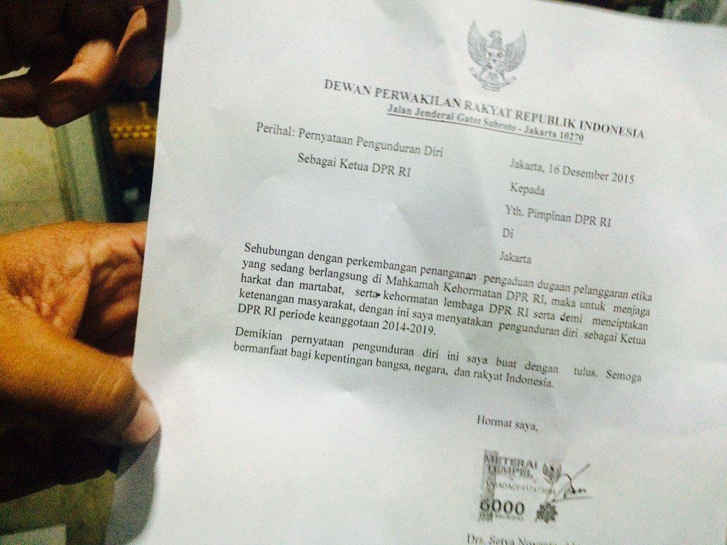 MUNDUR. Surat pengunduran diri Setya Novanto sebagai Ketua DPR. Foto: Febriana Firdaus.
