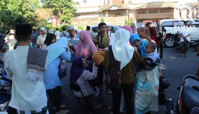 SILATURAHMI. Berjabat tangan memperat tali silaturahmi serta mengucap syukur masih diperbolehkan menjalani bulan suci Ramadan tahun ini. Foto oleh Dhion Gumilang/Rappler