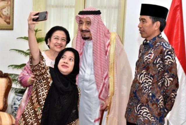 SWAFOTO. Presiden Joko Widodo (kanan), Raja Arab Saudi Salman bin Abdul Aziz Al-Saud (kedua kanan), mantan Presiden Megawati Soekarnoputri (kiri) dan Menko PMK Puan Maharani (kedua kiri) melakukan swafoto (wefie) di Istana Merdeka, Jakarta, Kamis, 2 Maret. Foto oleh Setpres/ANTARA