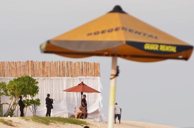 LIBURAN. Petugas melakukan pengamanan wilayah pantai yang ditutup dengan pagar bambu di kompleks Hotel St Regis, Nusa Dua, Bali, Senin, 6 Maret. Foto oleh Fikri Yusuf/ANTARA