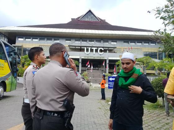 Polisi meningkatkan pengamanan untuk pengajian umat Islam Syiah di Semarang, Jawa Tengah. Foto oleh Fariz Fardianto/Rappler