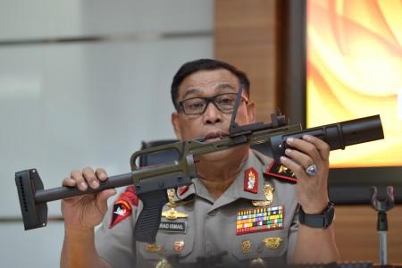 KaKorps Brimob Polri Irjen Pol Murad Ismail menunjukkan jenis senjata pelontar granat ketika memberikan keterangan di Mabes Polri, Sabtu (30/9). FOTO oleh Wahyu Putro/ANTARA