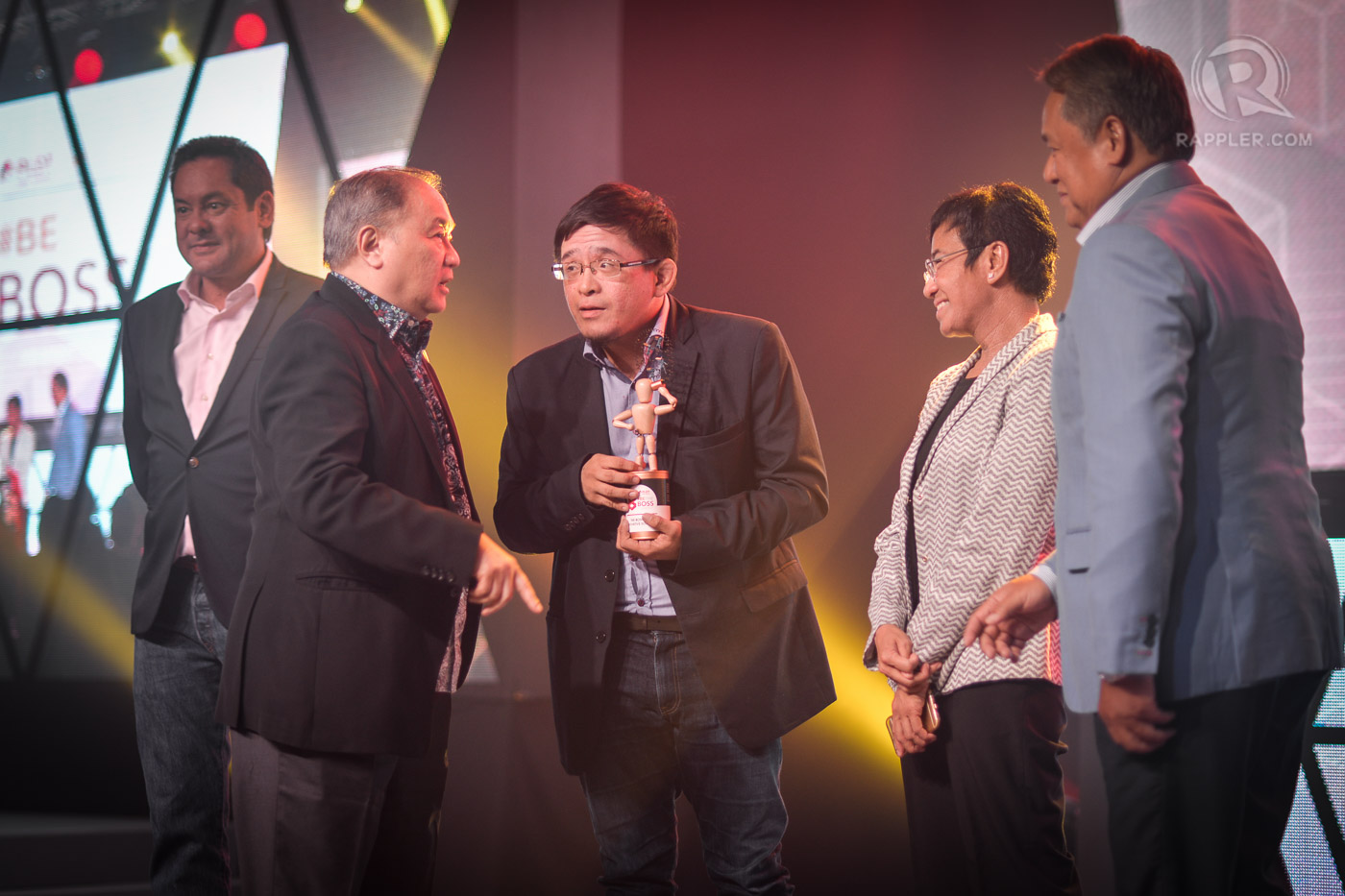 BOSS FOR INNOVATIVE SOLUTIONS. Matthew Cua (with trophy) and PLDT Smart Chairman Manual V. Pangilinan share a conversation while the #BeTheBoss judges look on