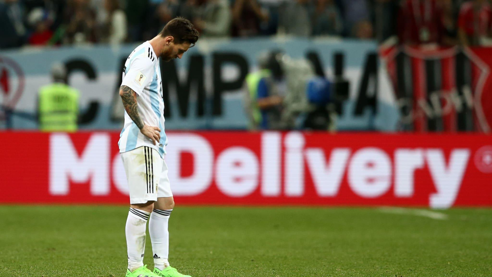 LESU. Lionel Messi hanya bisa tertunduk lesu usai Argentina kalah dari Kroasia. Foto dari FIFA.com