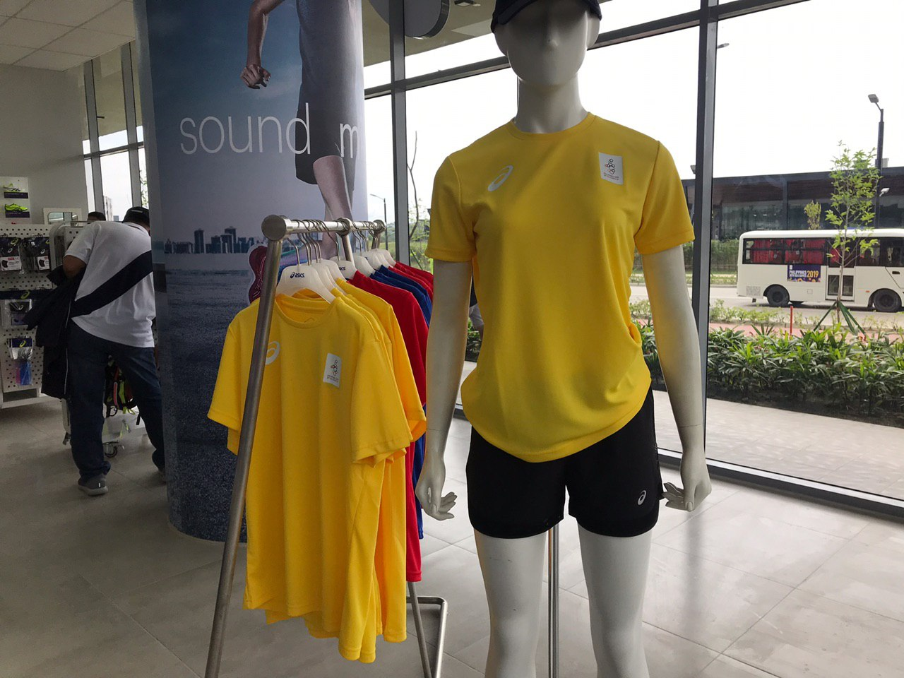 SIMPLE. The Asics dri-fit shirt comes in yellow, red and blue. Photo by Beatrice Go/Rappler