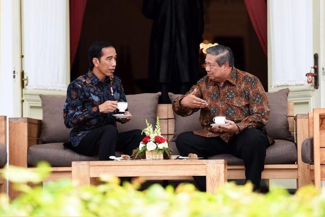 BERBINCANG. Presiden Joko Widodo ketika berbincang dengan SBY pada 9 Maret lalu. Foto diambil dari akun Twitter @setkabgoid