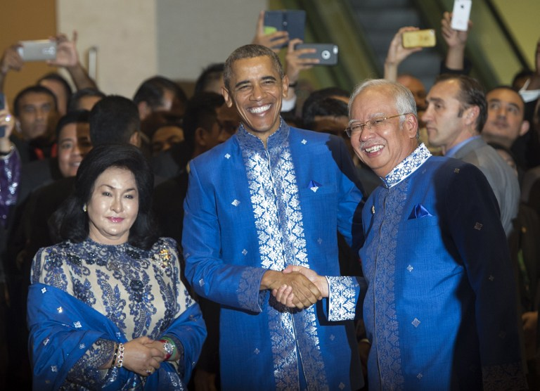 ASEAN STYLE. Obama shakes hands with Malaysian Prime Minister Najib Razak and wife Rosmah Mansor (L) before the ASEAN gala dinner in Kuala Lumpur on November 21, 2015. Photo by Saul Loeb/AFP