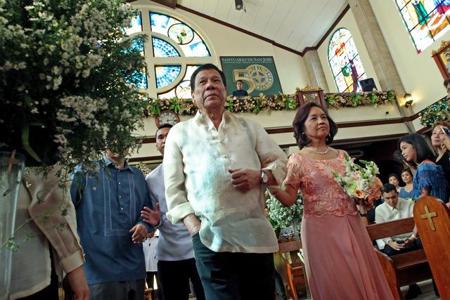 LONG-TIME ALLIES. President Rodrigo Duterte and former president Gloria Macapagal Arroyo walk on the center aisle of Sanctuario de San Jose in Mandaluyong City on January 8, 2017, as principal sponsors in a wedding ceremony. Malacau00f1ang file photo