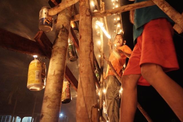 Bagi anak-anak muda, lampu colok adalah bentuk kreativitas warga menjelang Lebaran. Foto oleh Anton Muhajir/Rappler