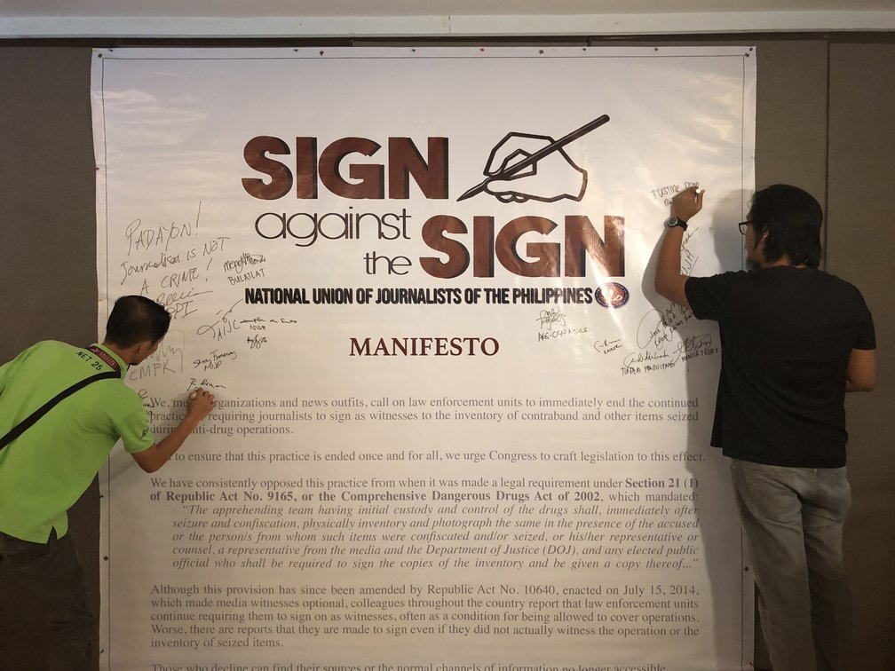 MANIFESTO. Representatives from media organizations and outlets affix their signatures on the 'Sign Against the Sign' manifesto to show support of the campaign. Photo by Samantha Bagayas/Rappler