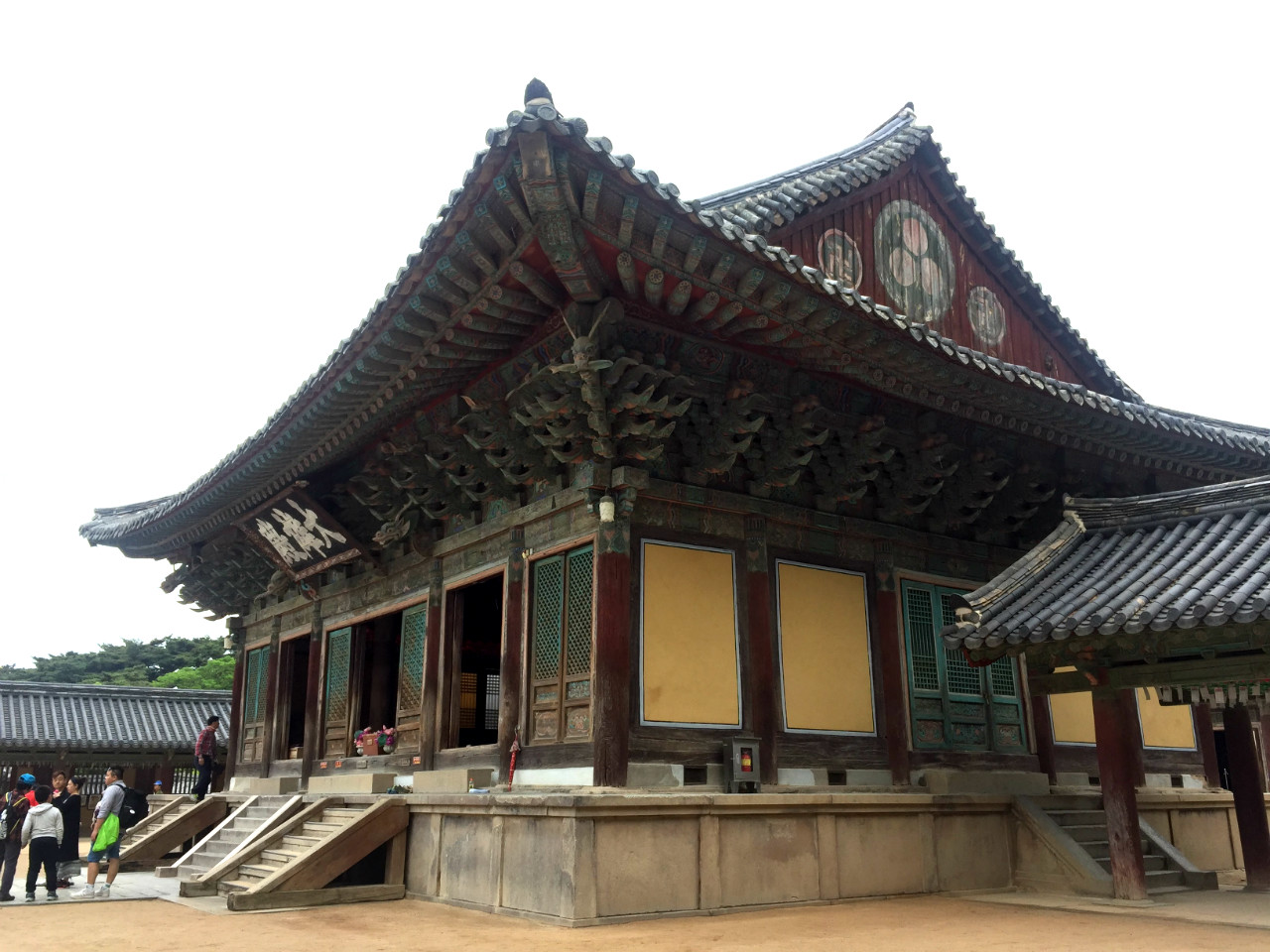 HALL OF GREAT ENLIGHTENMENT. Daeungjeon Hall is the main hall in the complex. Located near it are the Dabotap and Seokgatap pagodas.