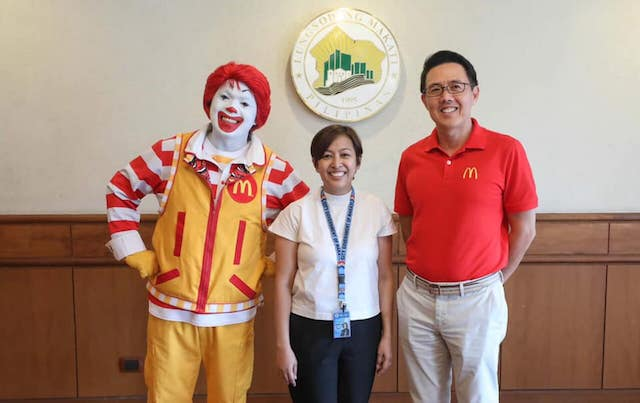 MCDO AND MAKATI. Mayor Abby Binay poses for a photo with Ronald McDonald and McDonald's CEO and President Kenneth. Photo from Binay's Facebook page