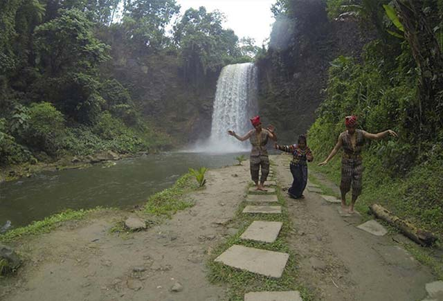 ONE WITH THE LOCALS. Narl (center) dons traditional garb while dancing by the Seven Falls in Lake Sebu