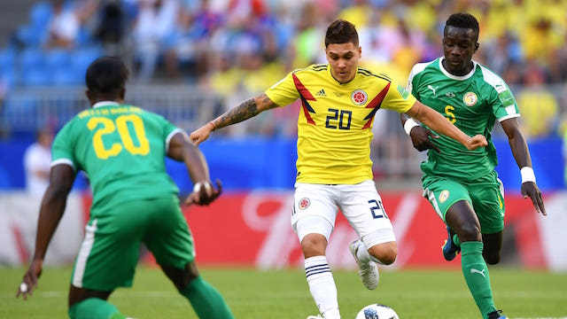 KETAT. Juan Quintero dari Kolombia dikawal dua pemain Senegal dengan ketat. Foto dari FIFA.com