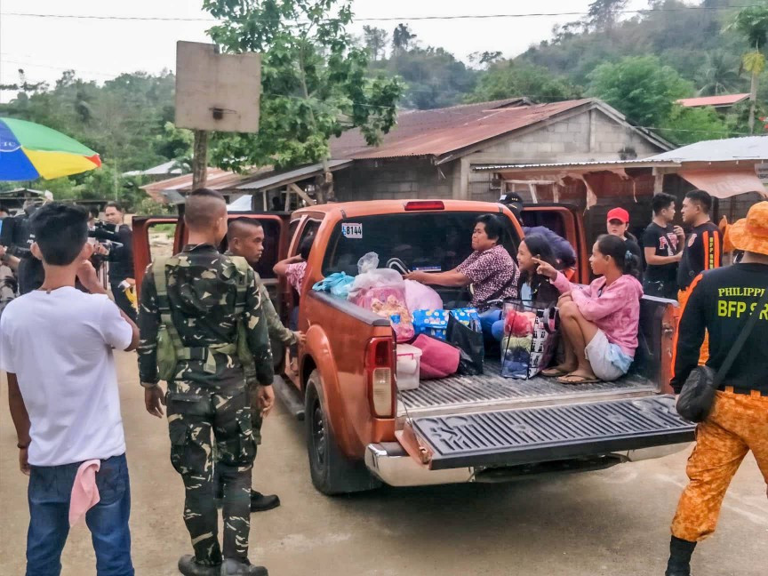 EVACUEES. Residents of the municipality of Benito Soliven are forced to leave their houses on October 29, 2018. Photo from the Isabela Public Information Office's Facebook page