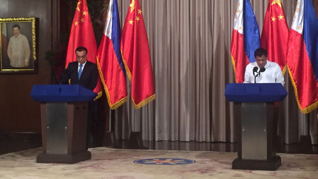 WARMER TIES. Chinese Premier Li and President Duterte give statements after an expanded bilateral meeting in Malacau00f1ang. MPC pool photo