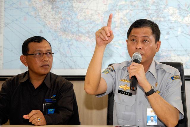 Menteri Perhubungan Ignasius Jonan saat konferensi pers terkait hilangnya pesawat AirAsia QZ8501 di Bandara Juanda, Surabaya, pada 28 Desember 2014. Foto oleh EPA