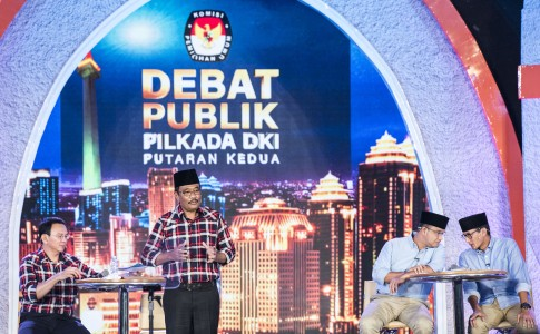 Dua pasangan calon saat debat publik Pilkada DKI Jakarta putaran kedua di Hotel Bidakara, Jakarta, Rabu (12/4). Foto oleh M Agung Rajasa/ANTARA
