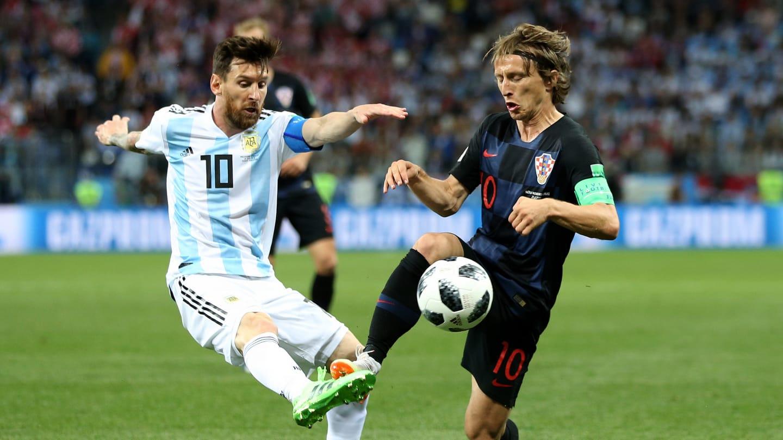 BERJUANG. Lionel Messi berjuang berebut bola dengan Luka Modric dari Kroasia. Foto dari FIFA.com
