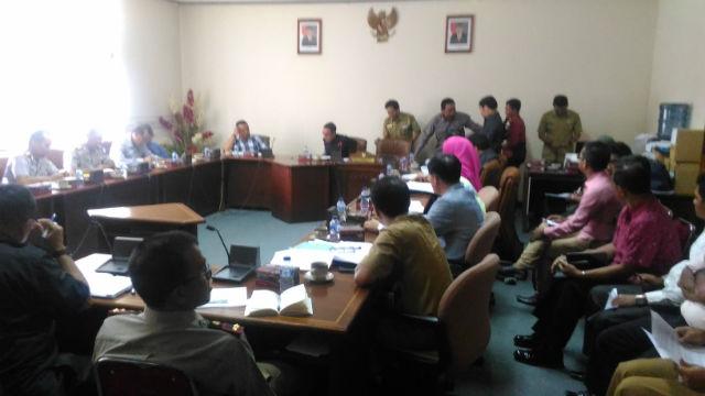 Warga dari Desa Olak Olak Kubu bertemu dengan manajemen PT Sintang Raya di DPRD Kalimantan Barat pada Selasa, 9 Agustus. Foto oleh Slamet Ardiansyah