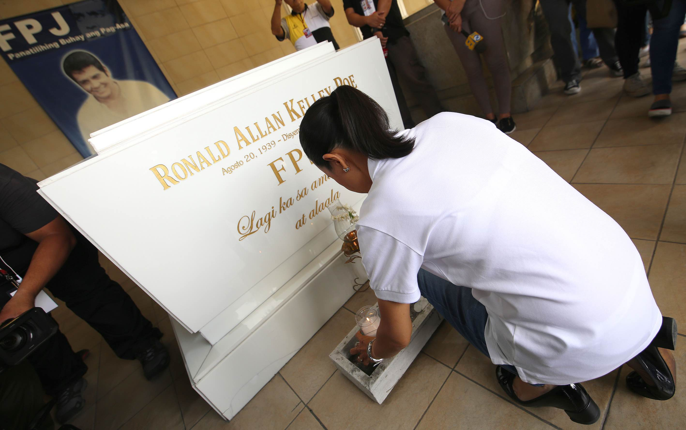 VISIT. Poe pays homage to her father, the late action star Fernando Poe Jr. Photo by Poe-Escudero media bureau