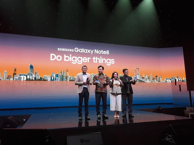 PELUNCURAN PERDANA. Petinggi Samsung Electronics Indonesia berpose bersama dalam konferensi pers Samsung Galaxy Note8 yang diselenggarakan di Djakarta Theatre XXI, Jakarta Pusat, pada Senin, 25 September 2017. Foto oleh Valerie Dante/Rappler