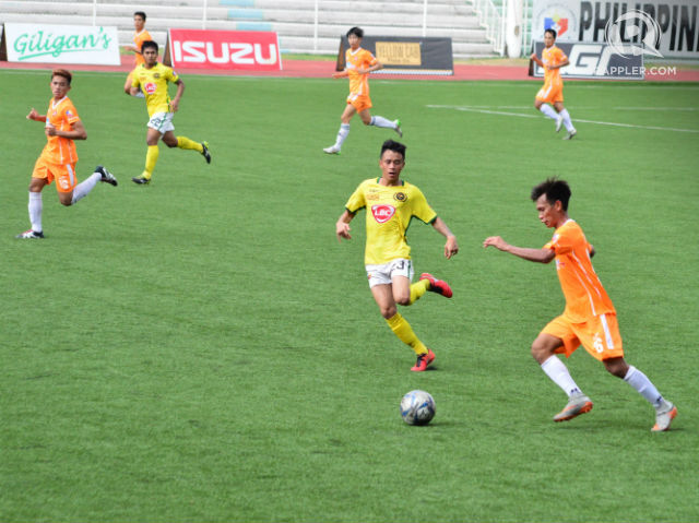 ACTION. Charlie Beaton of Kaya goes for the score. Photo by Bob Guerrero/Rappler