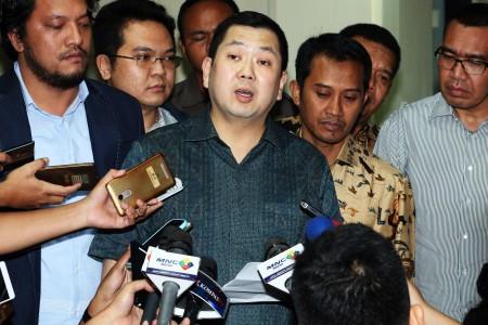 Pemilik MNC Group Hary Tanoesoedibjo seusai menjalani pemeriksaan di Direktorat Tindak Pidana Siber, Bareskrim Polri, Jakarta, Senin (12/6). Foto oleh Rivan Awal Lingga/ANTARA