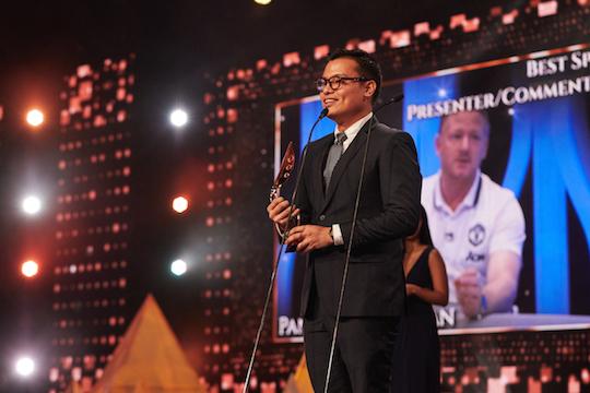 BEST SPORTS PRESENTER/COMENTATOR. Pangeran Siahaan membawa piala untuk kategori Best Sports Presenter/Comentator. Foto dari Asian Television Awards