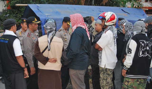 Polisi berusaha menenangkan massa dari Front Jihad Islam (FJI) agar tidak menyerang Gereja Baptis Indonesia di Saman, 14 Juli 2015. Foto dari  http://humaspolresbantul.blogspot.com