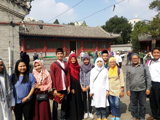 KOMUNITAS LINGKAR MUSLIM BEIJING. Sebagian warga Indonesia yang ikut menunaikan salat Idul Adha di Masjid Niujie dan tergabung dalam komunitas Lingkar Muslim Beijing. Foto oleh Uni Lubis/Rappler