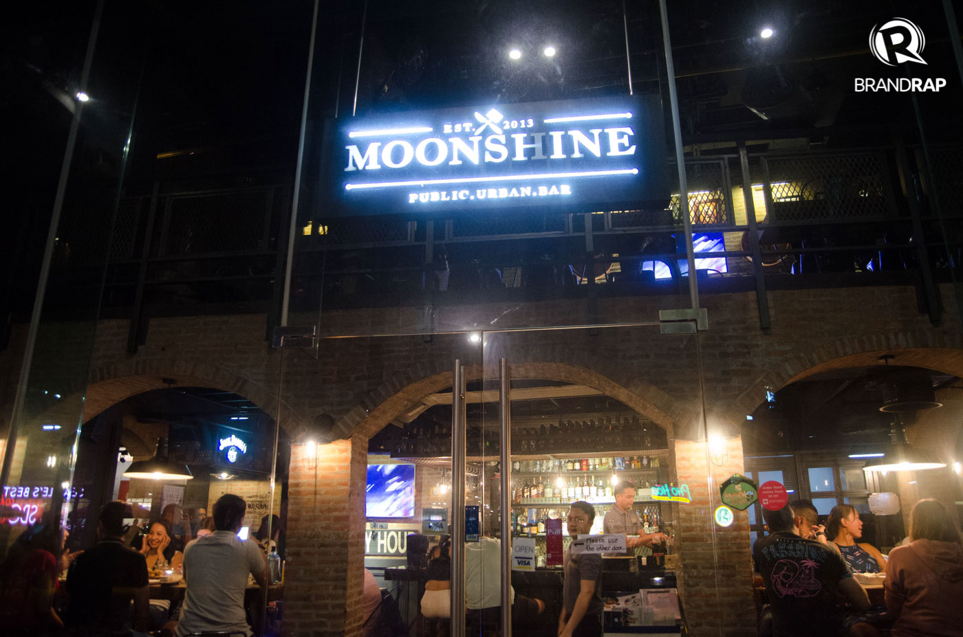 RUSTIC. Moonshineu2019s rustic interior is inspired by the Prohibition Era in the 1920s. Photo by Pauee Cadaing/Rappler
