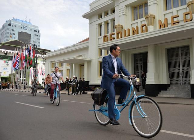 BERSEPEDA. Walikota Bandung Ridwan Kamil bersepeda. Foto oleh Bay Ismoyo/AFP