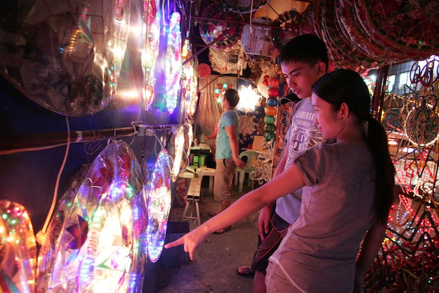 PAROLS. Star parols are a common sight in the Philippines during Christmas. Rappler file photo