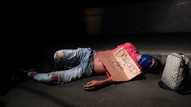 CARDBOARD. The lifeless body of Jaime Ong Bayaca, a 40-year-old Chinese-Filipino is found along R10 bridge in Tondo, Manila. His face is wrapped with duct tape with a piece of cardboard placed on top of his body saying, 'I am a drug lord.'
