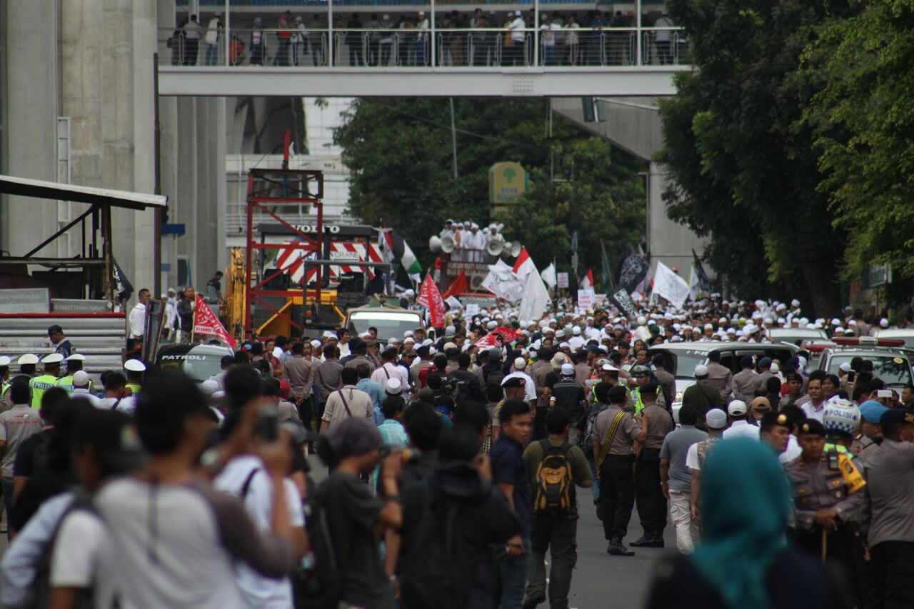 Ratusan massa FPI memenuhi ruas jalan di depan Mabes Polri, Senin (16/1). Foto oleh Diego Batara/Rappler