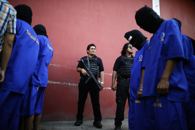 BNN. Petugas Badan Narkotika Nasional mengawal tersangka pengedar narkoba di Tangerang, Banten, 12 November 2014. Foto oleh Mast Irham/EPA