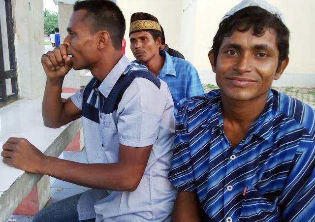 Dus Mamath (kiri) dan Muhammad Toyyub (kanan) saat diwawancara di halaman tempat penampungan sementara imigran asal Myanmar dan Bangladesh di Gedung Olahraga (GOR) Lhoksukon, Kabupaten Aceh Utara, Selasa, 12 Mei 2015. Foto Nurdin Hasan/Rappler