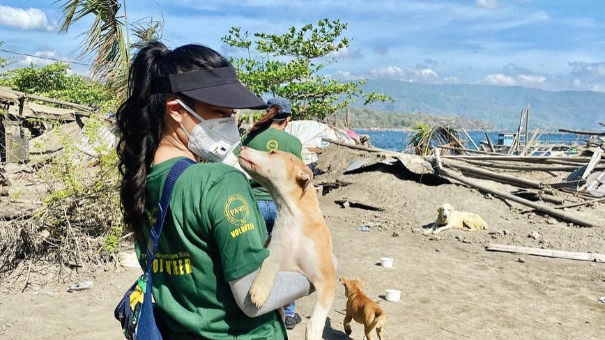 ANIMAL RESCUE. Heart Evangelista and PAWS provided food and water to animals affected by the Taal Volcano eruption. Photo from Heart Evangelista's Instagram account