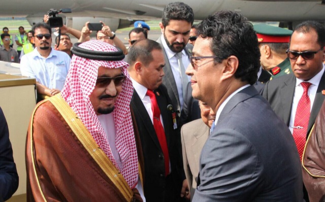 KE BRUNEI. Raja Arab Saudi, Salman bin Abdulaziz berada di Bandara Halim Perdana Kusuma untuk bertolak menuju ke Brunei Darussalam pada Sabtu pagi, 4 Maret. Foto diambil dari akun Twitter @husainabdullah1